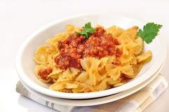 Włoski makaronu farfalle z mięsnym i pomidorowym kumberlandem Zdjęcie Stock