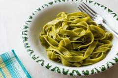 Włoski makaronu szpinaka Fettuccine słuzyć z Półkowy Przygotowywający Jeść/Tagliatelle Fotografia Stock