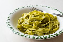 Włoski makaronu szpinaka Fettuccine słuzyć z Półkowy Przygotowywający Jeść/Tagliatelle Obraz Royalty Free