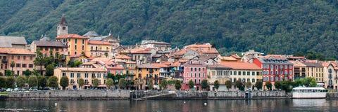 Włoski miasteczko lokalizować blisko wody Zdjęcie Stock