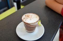 Włoski mocaccino, gorący napój z kawą, czekolada i śmietanka, obrazy stock
