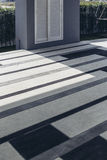 Włoski Nowożytny modela dom: Plenerowa Podłogowa płytka z błękita, Popielatego i Białego wzorem, Zdjęcia Stock