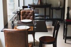 Włoski obiadowy stół dla trzy z cutleries, talerzami, szkłami, pieluchami i naperies na stole, Zdjęcie Royalty Free