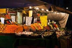 Włoski owocowy i warzywa kram przy nocą Zdjęcia Royalty Free