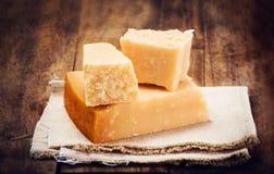 Włoski Parmezański ser na Drewnianym tle Obrazy Stock
