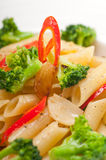 Włoski penne makaron z brokułami i chili pieprzem obraz stock