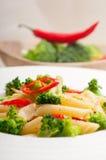 Włoski penne makaron z brokułami i chili pieprzem obraz royalty free