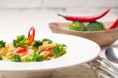 Włoski penne makaron z brokułami i chili pieprzem zdjęcia royalty free