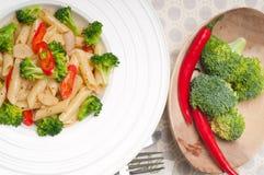 Włoski penne makaron z brokułami i chili pieprzem zdjęcie royalty free