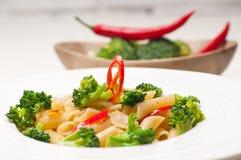 Włoski penne makaron z brokułami i chili pieprzem zdjęcie stock