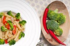Włoski penne makaron z brokułami i chili pieprzem fotografia stock
