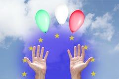 Włoski pieniężny Euro kryzysu pojęcie: trzy balonu z włoszczyzny flagą barwią wydźwignięcie do nieba, dwa ręk U i europejczyka, zdjęcie stock
