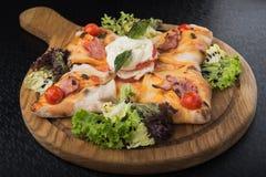 Włoski pizzy calzone z pomidorem, sałatką i mozzarellą, Obraz Stock