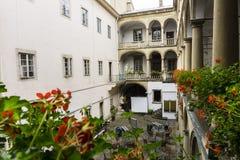 Włoski podwórze z kwiatami zdjęcia royalty free