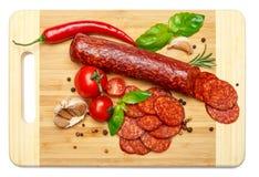 Włoski salami lub hiszpański chorizo na drewnianej tnącej desce Zdjęcia Royalty Free