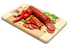 Włoski salami lub hiszpański chorizo na drewnianej tnącej desce Zdjęcie Royalty Free