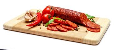 Włoski salami lub hiszpański chorizo na drewnianej tnącej desce Obrazy Royalty Free
