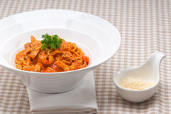 Włoski spaghetti makaron z pomidorem i kurczakiem Zdjęcie Stock