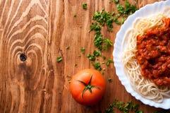 Włoski spaghetti na drewnianym stole z tekst przestrzenią Zdjęcie Stock