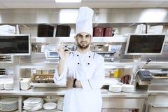 Włoski szef kuchni pokazuje OK podpisuje wewnątrz kuchnię Fotografia Royalty Free