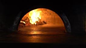 Włoski szef kuchni używa metal łopatę dla świateł w drewno ogień podpalał kamiennego piekarnika zdjęcie wideo