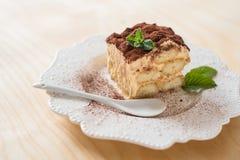 Włoski tiramisu deser na porcelana talerzu zdjęcie royalty free