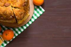 Włoski tradycyjny Bożenarodzeniowy panettone z wysuszonymi owoc i pomarańczowy zapał na drewnianym tle fotografia stock