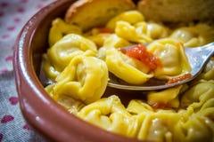 Włoski tradycyjny jedzenie dzwonił tortellini w brodo z chlebem Obraz Royalty Free