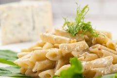 Włoski makaronu penne Gorgonzola i sosnowe dokrętki fotografia stock