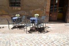 Włoski uliczny café w Urbino, Włochy - Zdjęcia Stock
