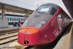 Włoski wysoki prędkość pociąg przy Wenecja stacją zdjęcie stock