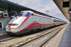Włoski wysoki prędkość pociąg przy Wenecja stacją obraz royalty free