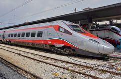 Włoski wysoki prędkość pociąg przy Wenecja stacją zdjęcia royalty free