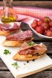 Włoskiego baleronu suchy leczący prosciutto na chlebowej grzance obraz royalty free