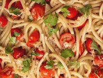 Włoskiego kraba i czereśniowego pomidoru spaghetti makaronu jedzenia tło Fotografia Stock