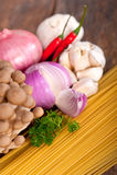 Włoskiego makaronu i pieczarkowego kumberlandu składniki Zdjęcie Stock