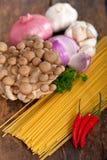 Włoskiego makaronu i pieczarkowego kumberlandu składniki Zdjęcia Royalty Free