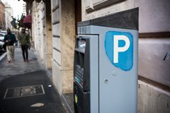 Włoskiego parking sprzedawania Maszynowi mandat za złe parkowanie na plamie Backgrou zdjęcie stock