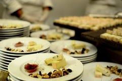 Włoskiego Taleggio serowa degustacja na bufeta stole przy obiadowym przyjęciem - wyśmienicie serowi talerze na drewnianym stole,  obraz royalty free
