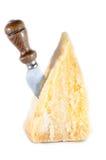 Włoskiej krowy serowy plasterek odizolowywający na bielu i nożu Fotografia Stock