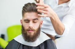 Włosy dostaje przygotowywający zdjęcie royalty free
