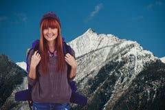 Włosy kobieta ono uśmiecha się fotografia przed śnieżystym góry tłem fotografia stock
