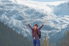 Włosy kobieta podnosi jej ręki przed śnieżystym góry tłem zdjęcie stock