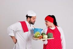 Włoszczyzna Chiefcook i Przystojny Cooky z tacą warzywa Zdjęcie Stock