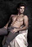 Włoszczyzna mężczyzna wzorcowy mięśniowy obsiadanie portret bez koszuli fotografia stock