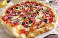 Włoszczyzna stylu cienka pizza na stole obraz stock