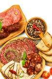 Włoszczyzna suszył salami zasklepiającego w zmielonym czarnym pieprzu Bekon i kiełbasa dla jedzenia Tradycyjny niezdrowy jedzenie fotografia royalty free