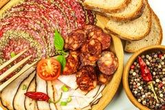 Włoszczyzna suszył salami zasklepiającego w zmielonym czarnym pieprzu Bekon i kiełbasa dla jedzenia Tradycyjny niezdrowy jedzenie obrazy royalty free