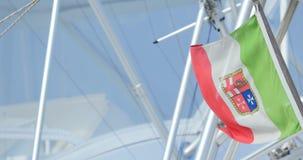 Włoszczyzny chorągwiany latanie przy jachtu masztem zbiory wideo
