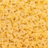 Włoszczyzny Farfalle makaronu surowy karmowy tło Obrazy Royalty Free
